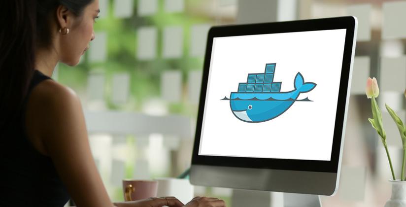 Informática trabajando en su equipo, donde aparece el logo de Docker