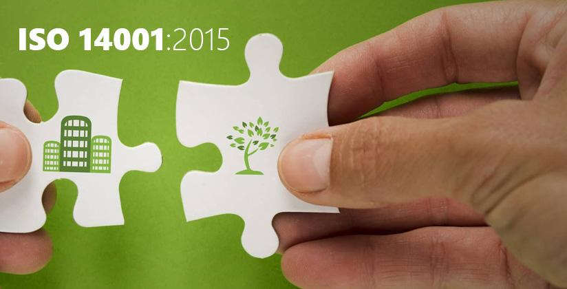 Piezas representando a la empresa y al medio ambiente, encajando la una en la otra, sobre tonos verdes.
