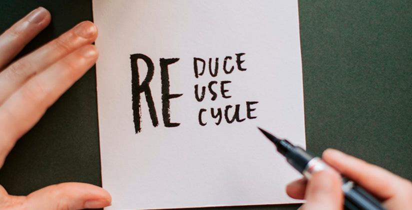 Tarjeta con términos relacionados con la economía circular: reciclar, reusar, reducir.