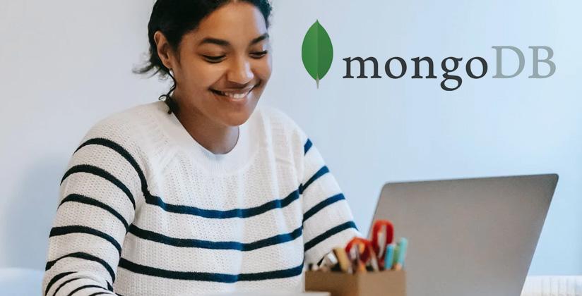 Joven desarrolladora utilizando MongoDB