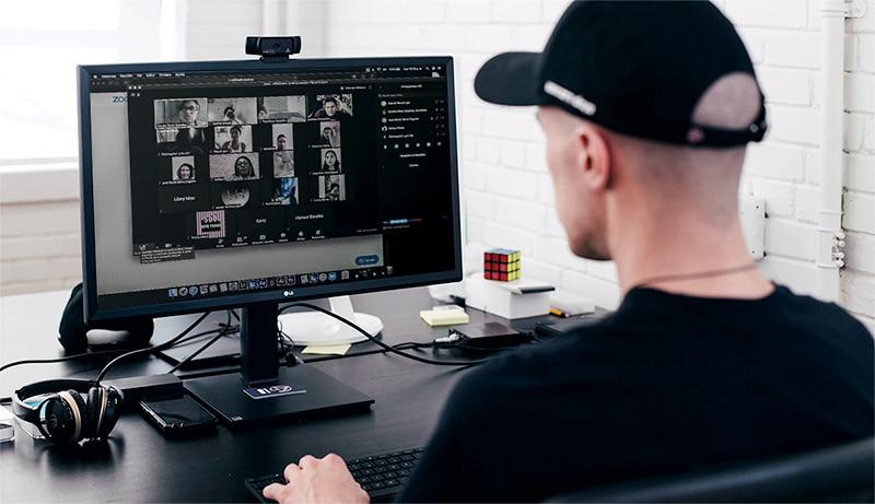 chico con gorra en una clase online en el aula virtual